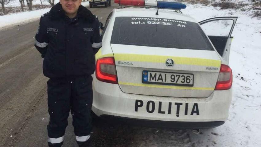 Foto: O femeie a născut gemeni, fiind ajutată de polițiștii de patrulare să ajungă la maternitate