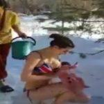 Foto: Mamele din Rusia șochează din nou. Și-au scos pruncii dezbrăcați în zăpadă