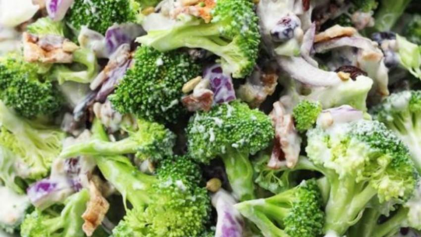 Foto: Salată verde cu broccoli, mere și iaurt