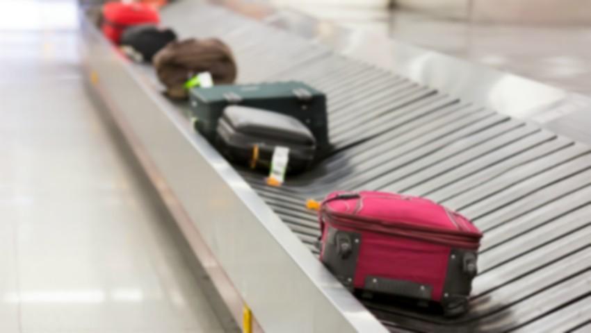 Foto: Un angajat al Aeroportului Chișinău, prins în timp ce fura bunuri din bagajele pasagerilor