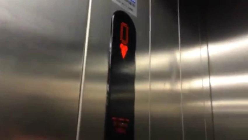 Foto: O femeie a rămas blocată un weekend întreg, în liftul unei bănci