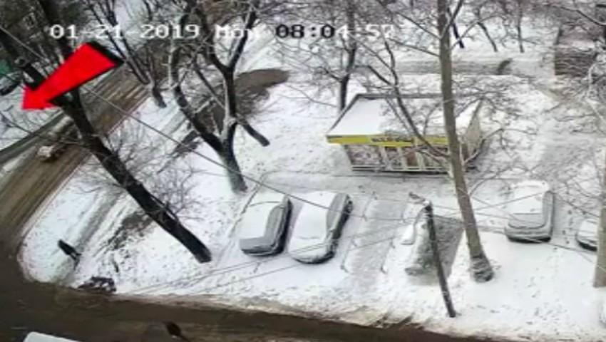 Foto: Momentul în care fetița de 9 ani este lovită pe zebră, a fost surprins de camerele video