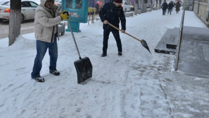 Foto: Mai mulți agenți economici au primit amenzi, pentru că nu au curățat zăpada din preajma imobilelor