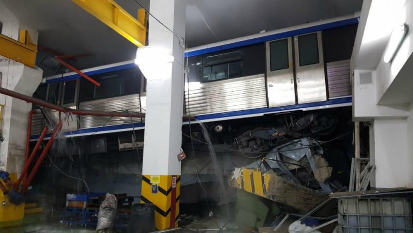Foto: Un metrou a sărit de pe șine în București. Vagoane suspendate la doi metri înălțime