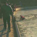 Foto: Un tânăr a căzut sub gheață în parcul Valea Morilor