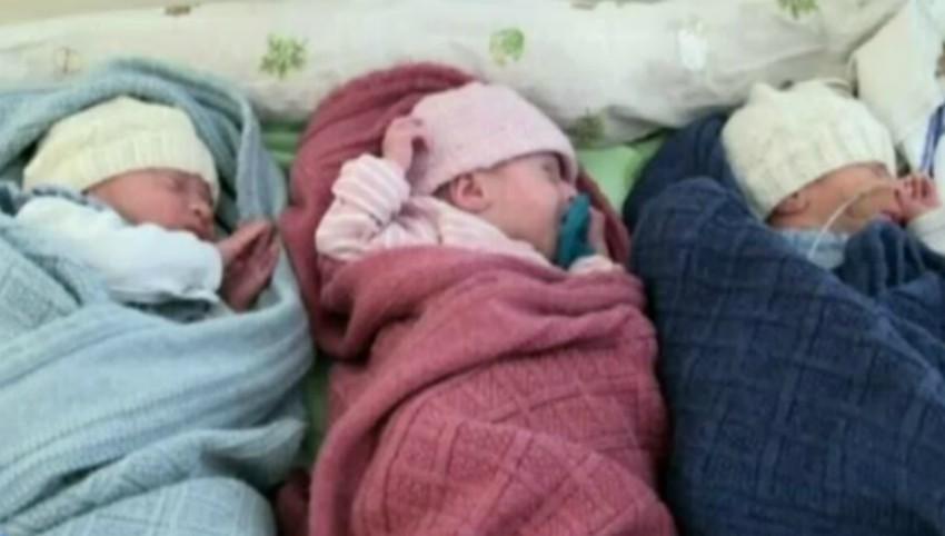 Foto: O femeie a adus pe lume trei copii, ea însăși provenind dintr-o tripletă de surori