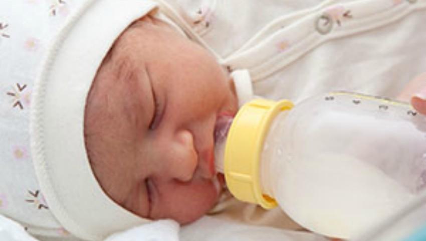 Foto: Un bebeluș de 3 luni s-a îmbolnăvit după ce a fost hrănit cu griș cu lapte