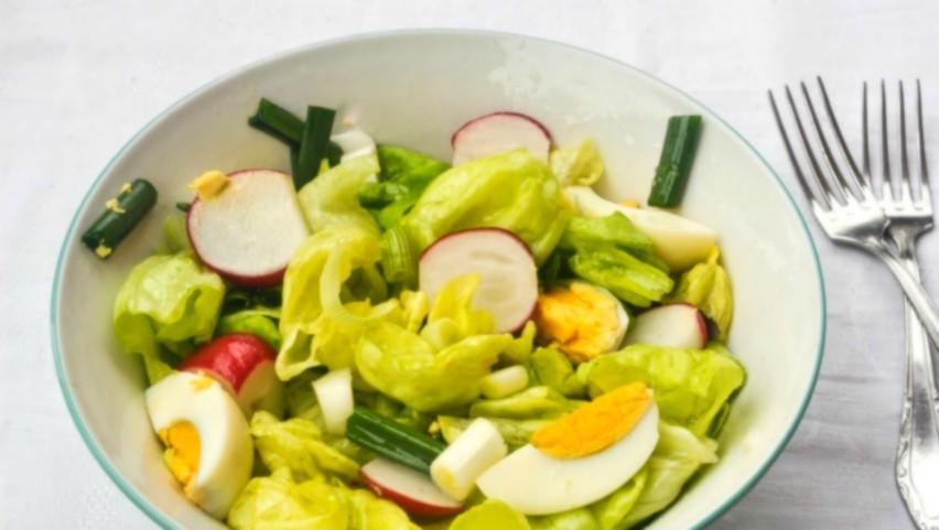 Foto: Salată verde cu ridichi și ouă fierte