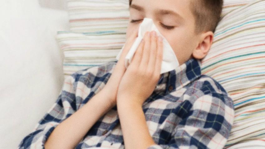 Foto: Un medic avertizează despre o complicație a gripei la copii, care afectează mersul și picioarele