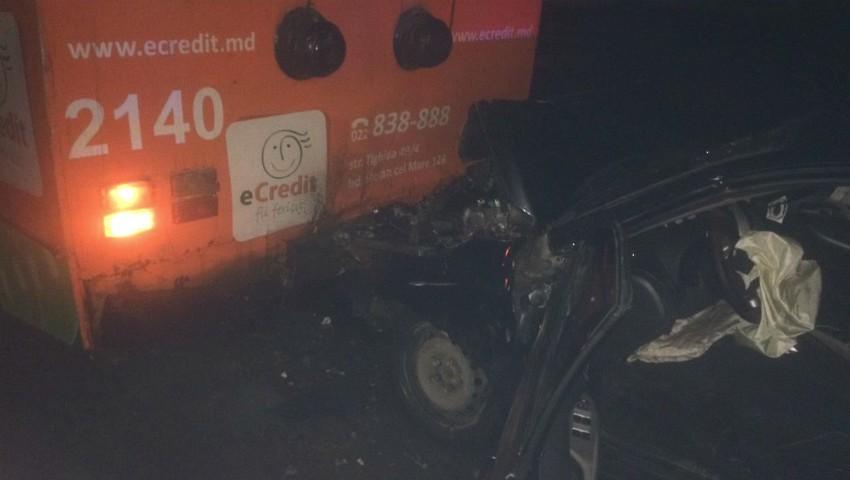 Foto: Accident în capitală: un troleibuz a fost lovit din spate. Mașina, avariată grav