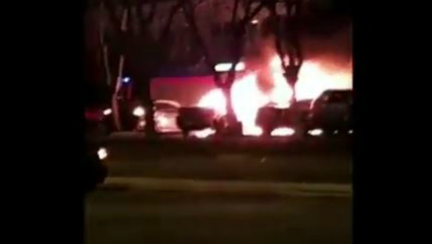 Un Range Rover și un Hyundai, au ars în totalitate într-o parcare din Capitală. Video