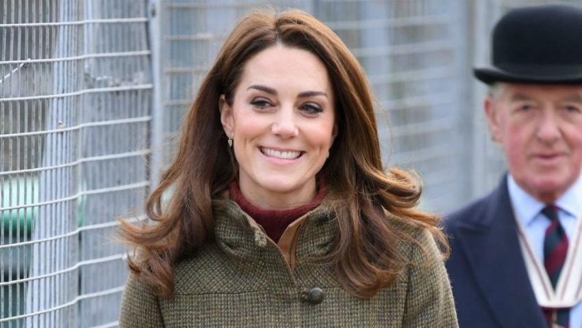 Kate Middleton, surprinsă la plimbare în parc cu Prinţul Louis! Foto