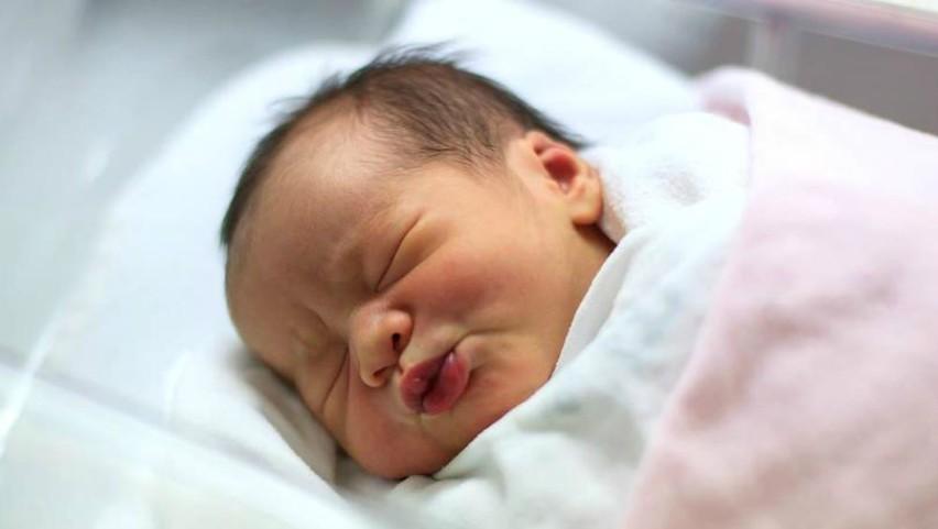 Foto: Un băiețel care s-a născut ieri pe 13 februarie, i-a uimit pe părinții săi