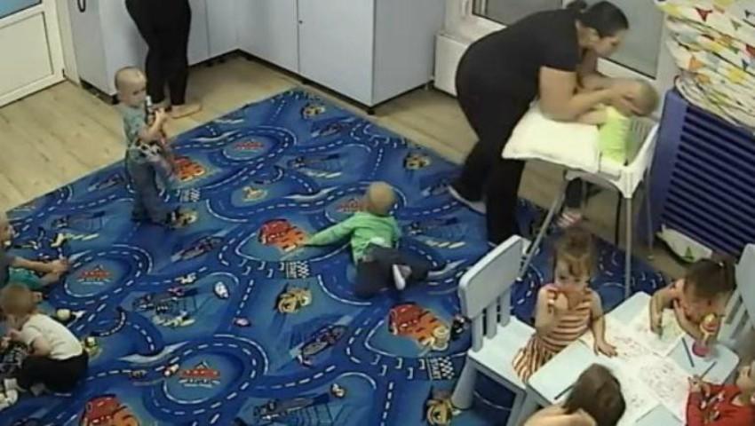 Foto: Imagini șocante. O educatoare din Timișoara îi rupe piciorul unui copil, în bătaie