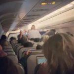 Foto: Video. O femeie a născut în avion. Reacția pasagerilor