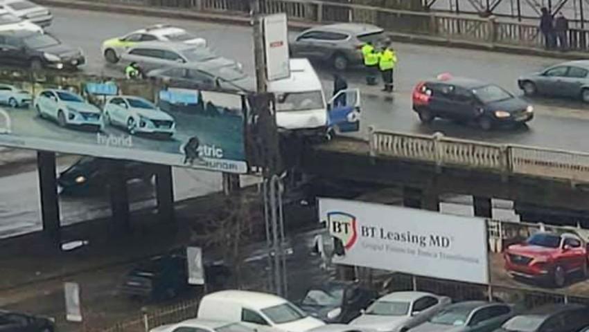 Foto: Un microbuz a intrat într-un pilon pe podul de pe strada Ismail