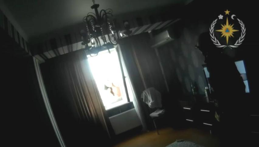 Video. Operațiunea de salvare a tinerei care amenința că se va arunca în gol de la etajul nouă