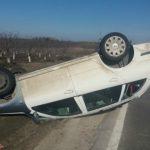 Foto: O tânără s-a răsturnat cu mașina pe traseul Chișinău-Bălți. Fetița sa, în vârstă de un an, a ajuns la spital