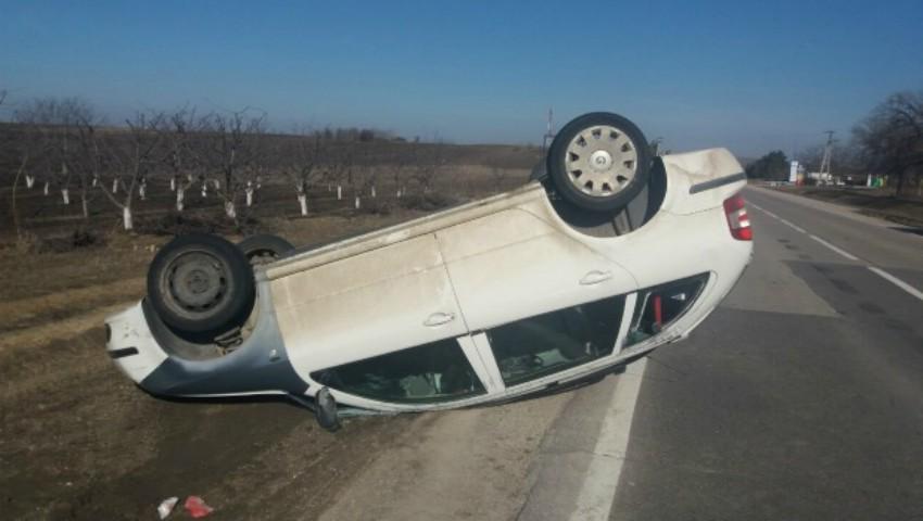 O tânără s-a răsturnat cu mașina pe traseul Chișinău-Bălți. Fetița sa, în vârstă de un an, a ajuns la spital