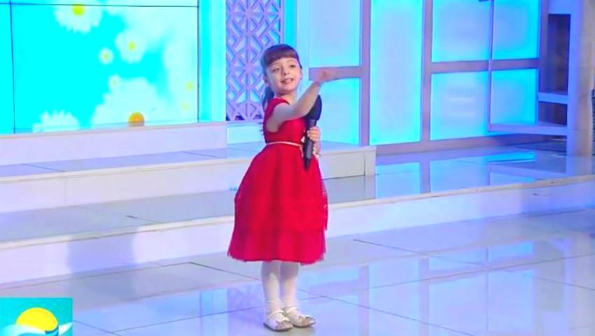 Foto: Evelina, fiica Marianei Șura, cântă cu drag pentru toate măicuțele! Vezi cât este de talentată