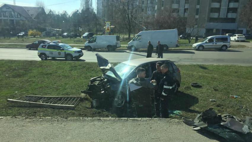 Foto: Accident violent în Capitală. Un șofer a rupt parapetul și a căzut de pe podul Ismail