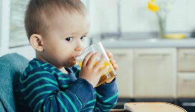 Medicii pediatri avertizează: nu le mai dați copiilor sucuri de fructe. Care sunt motivele?