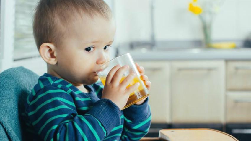 Foto: Medicii pediatri avertizează: nu le mai dați copiilor sucuri de fructe. Care sunt motivele?