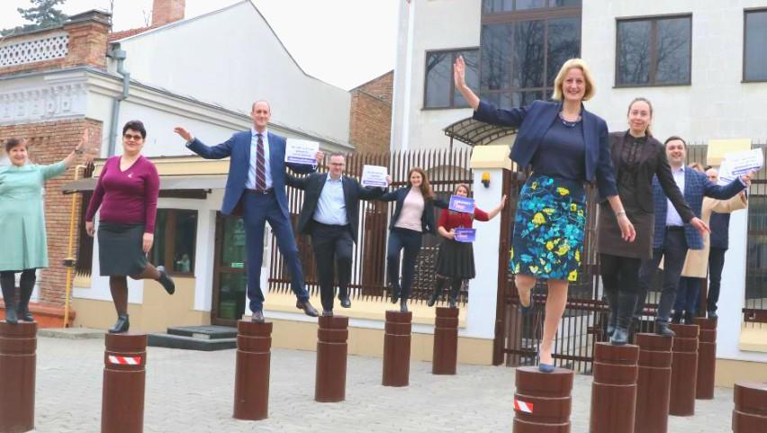 Foto: De Ziua Femeii, reprezentanții Ambasadei Marii Britanii la Chișinău au stat într-un picior pe piloni