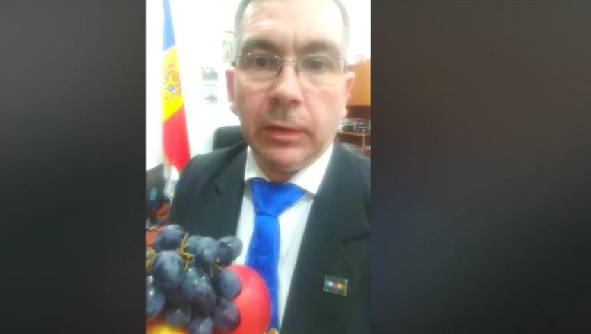 Foto: Luc J.G. von Francois îndeamnă oamenii să consume mere și struguri din Moldova. Video