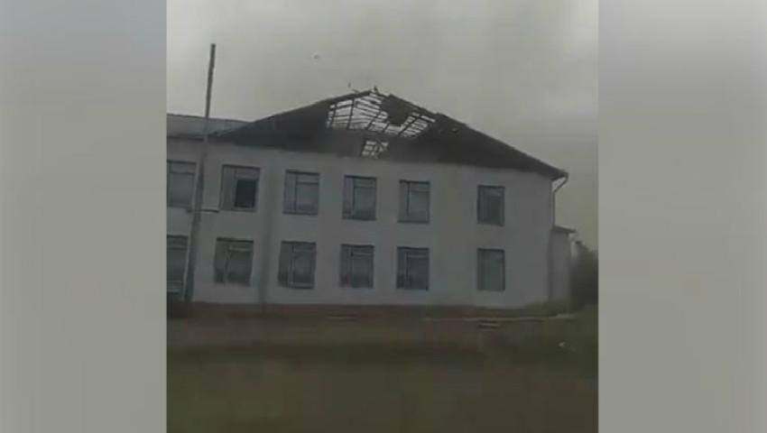 Foto: Video terifiant! Momentul în care vântul puternic smulge acoperișul unei școli din raionul Telenești