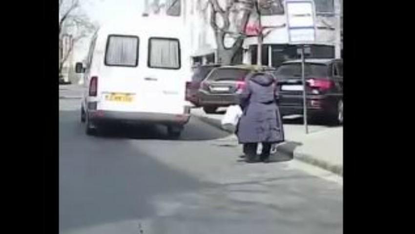 Video revoltător. O femeie în baston este lăsată în stradă de către șoferul unui microbuz de linie