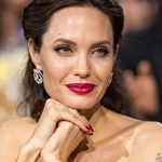 Foto: Angelina Jolie și-a acoperit spatele cu un tatuaj imens