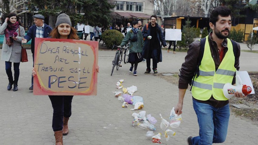 """Foto: ,,Dacă respiri aer atunci trebuie să-ți pese"""" – un protest care a avut loc astăzi în 1.300 de orașe ale lumii, s-a desfășurat și la Chișinău!"""