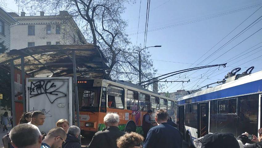 Foto: Incident în Capitală: Un troleibuz a intrat violent într-o stație de așteptare!