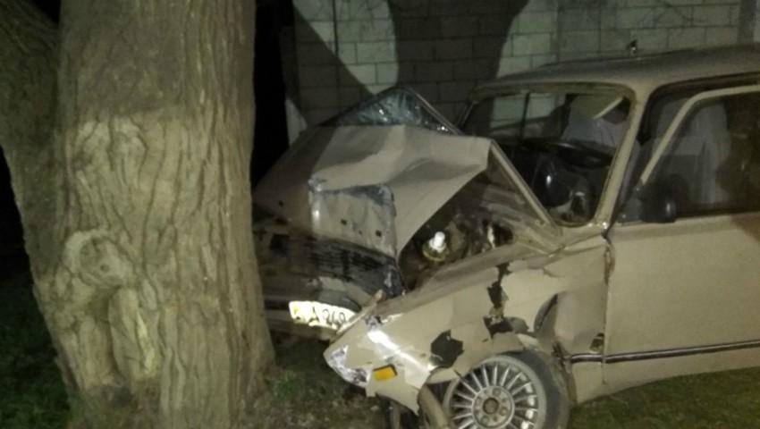 Foto: Două minore fără permise de conducere, au ajuns cu mașina într-un copac