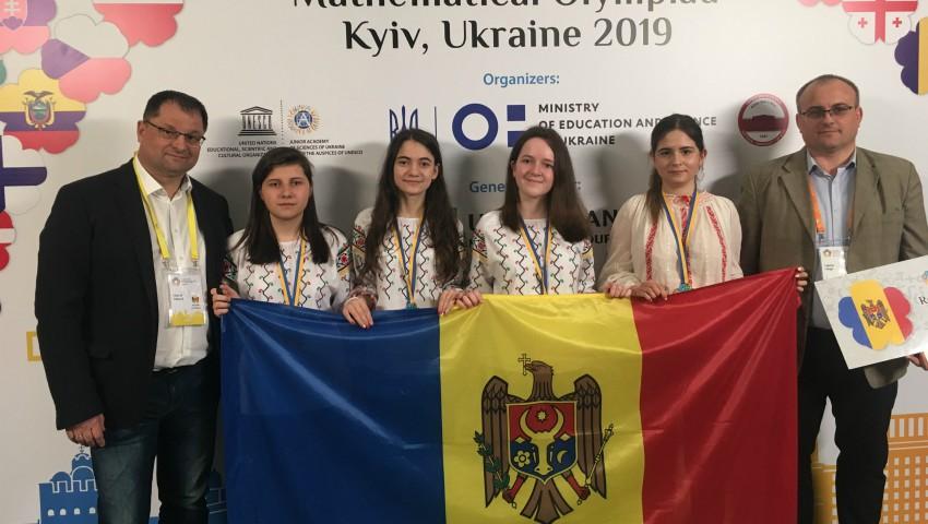 Foto: Elevele din Republica Moldova au obținut patru medalii de bronz la Olimpiada Europeană de Matematică pentru fete