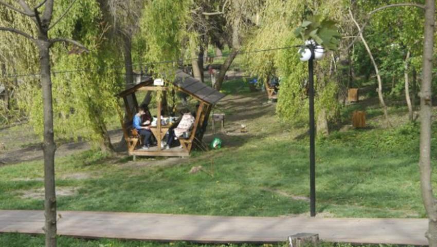 """Foto: În parcul """"Valea Trandafirilor"""" sunt interzise picnicurile cu frigărui"""