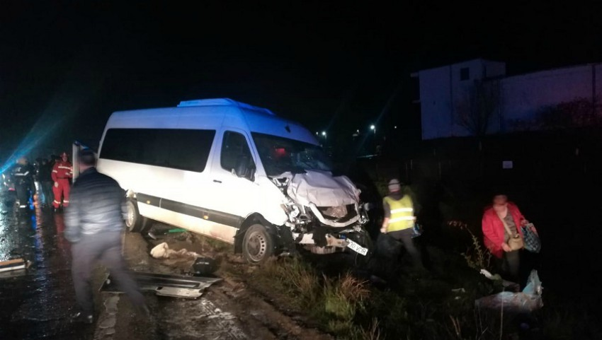 Foto: Un microbuz cu moldoveni implicat într-un grav accident la Iași: 8 persoane au ajuns la spital