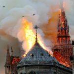 Foto: Franța e în doliu. Arde Catedrala Notre Dame din Paris! Turla și acoperișul s-au prăbușit