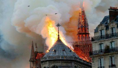 Franța e în doliu. Arde Catedrala Notre Dame din Paris! Turla și acoperișul s-au prăbușit
