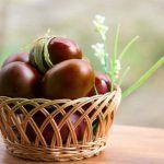 Foto: Ouă vopsite natural cu sfeclă roșie, turmeric sau cafea. Ingenios, nu-i așa?!
