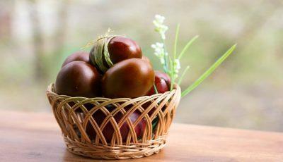 Ouă vopsite natural cu sfeclă roșie, turmeric sau cafea. Ingenios, nu-i așa?!