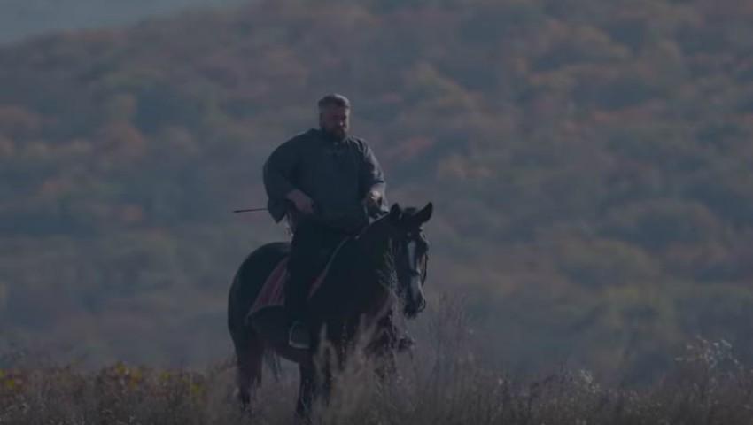 """Foto: ,,Zboară șoimul"""" – interpretul Vali Boghean a lansat o piesă și un videoclip nou!"""