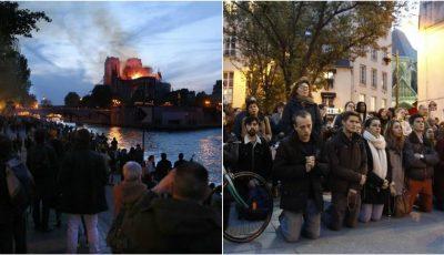 Gest emoționant de solidaritate! Francezii îndurerați au început să cânte lângă Catedrala Notre-Dame și se roagă pentru simbolul Parisului