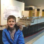 Foto: Un băiețel cu autism a construit cea mai mare copie a Titanicului din lego