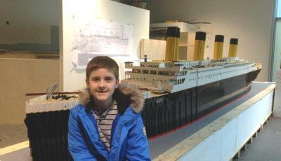 Un băiețel cu autism a construit cea mai mare copie a Titanicului din lego