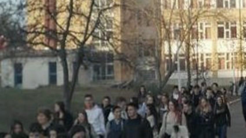 Foto: Incendiu la un liceu din Capitală. Elevii au fost evacuați