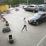 Foto: Video. O șoferiță din Capitală a încercat să mute din loc un ghiveci cu flori, ca să facă loc pentru mașină