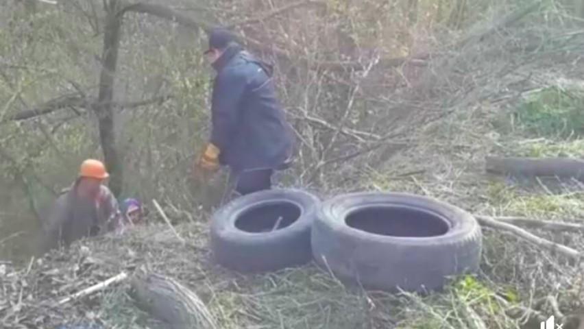 Foto: Poliția a identificat bărbatul care a aruncat cauciucurile uzate într-un parc din capitală. Ce amendă riscă făptașul?