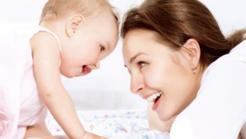Foto: De la 1 iulie, părinții care beneficiază de indemnizații pentru creșterea copilului, vor primi și indemnizația și salariul